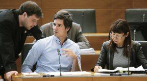 Zadnji dan septembrske seje DZ so med drugim obravnavali predloge novel zakonov za davcno prestrukturiranje in predlog novele zakona o davcnem postopku. Poslanca ZL Luka Mesec in Violeta Tomic.