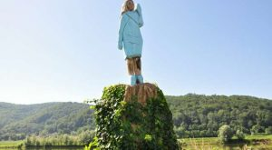 Melania Trump lesena skulptura