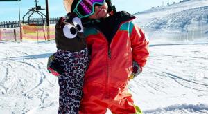 4-letna deklica deskanje na snegu