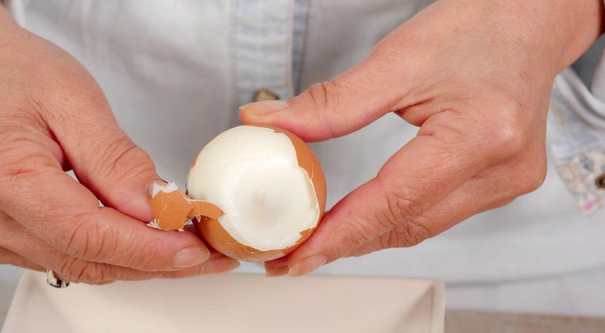 kako olupiti trdo kuhano jajce