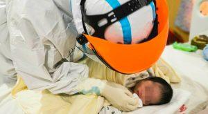 koronavirus umrl dojenček