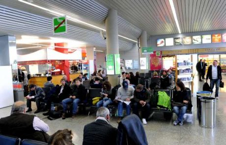 Agencija za civilno letalstvo svetuje: Potniki Adrie naj ob odpovedanem letu težavo sprva skušajo rešiti z letalskim prevoznikom