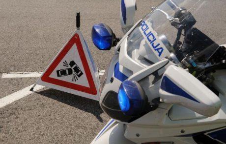Reševalcu na motorju, ki je na nujni vožnji trčil v avtomobil in se hudo poškodoval, globa in kazenske točke