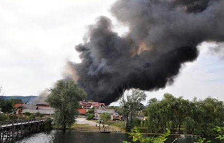 Gasilci bodo z gašenjem v Novem mestu nadaljevali do poznega večera
