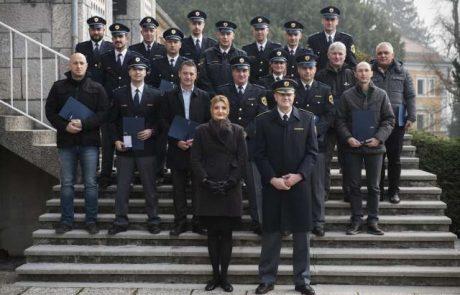 20 policistov in trije občani tvegali svoja življenja, da bi rešili druge