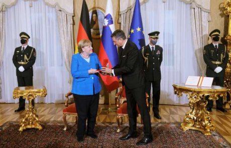 """Pahor odlikoval Merklovo z redom za izredne zasluge: """"Pri ljudeh vzbuja zaupanje, daje jim občutek, da se bo vse dobro končalo"""""""