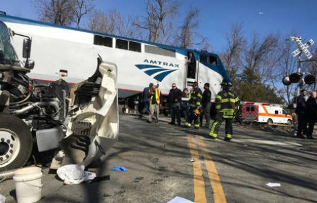Vlak z republikanci trčil v tovornjak, najmanj en mrtev