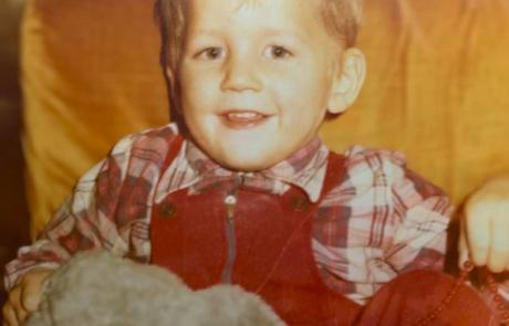 Ta simpatičen deček na fotografiji je danes eden najbolj priljubljenih slovenskih pevcev. Ga prepoznate?