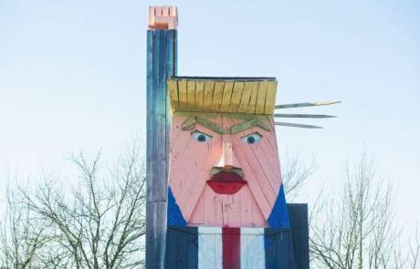 Trumpov kip v Moravčah so še pred slavnostnim odprtjem oskrunili vandali