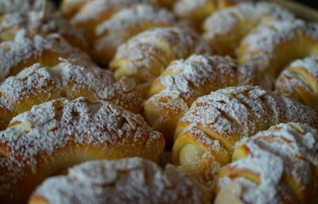 Za prste obliznit: Rogljički z vanilijevim pudingom in limonino lupinico so slastni in enostavni za pripravo