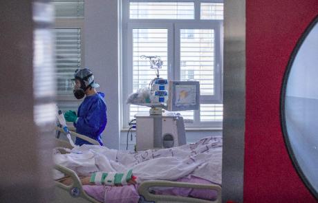 Konec meseca bo po napovedih intenzivno zdravljenje potrebovalo toliko covidnih bolnikov