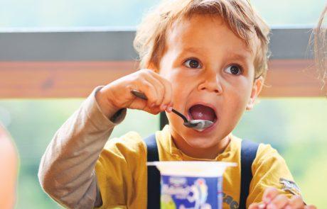 Če želite svojim otrokom dobro, nehajte kupovati jogurte z dodatki!