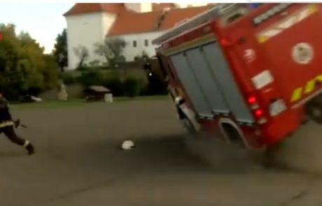 Gasilci srednješolcem priredili simulacijo gašenja požara in izgubili nadzor nad vozilom (Video)