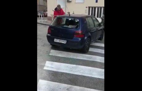 V Splitu moški z macolo na prehodu za pešce razbijal avtomobil (Video)