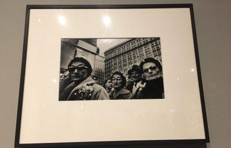 Street.Life.Photography: Fotografska razstava ulične fotografije, ki razkriva intimne in kolektivne trenutke iz življenja posameznikov