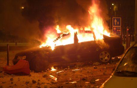 Na območju Črne vasi zagorel avtomobil, požar pa se je razširil še na štiri tovorna vozila