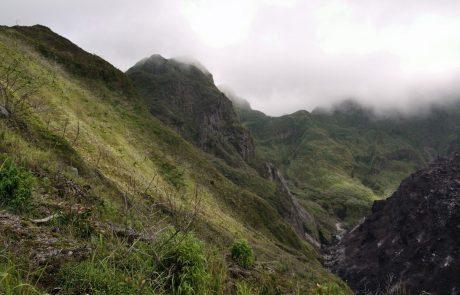 Z indonezijskega vulkana varno rešili več kot 500 pohodnikov, med njimi 200 tujih turistov
