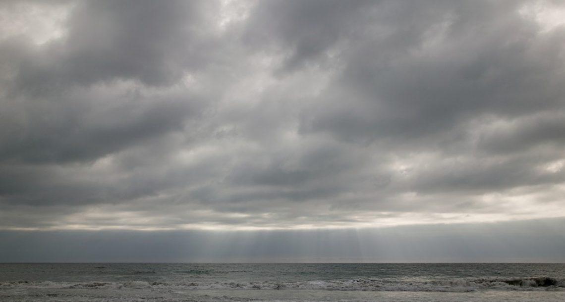Vreme: Danes bo na vzhodu delno jasno, drugod spremenljivo oblačno