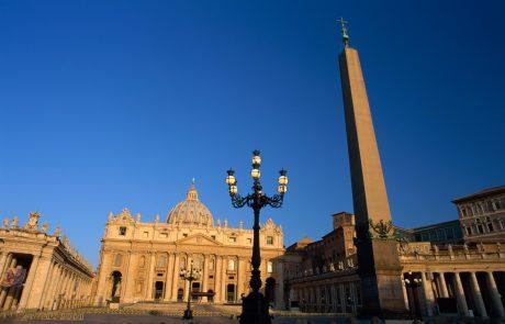 Papež brezdomcem v Rimu omogočil brezplačno testiranje na koronavirus