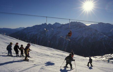 Snežni plaz v smučarskem središču na avstrijskem Koroškem zasul otroka