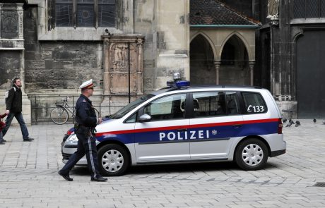 Dunajska policija se s predvajanjem pesmi iz svojih avtomobilov zahvaljuje vsem, ki ostajajo doma