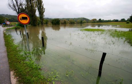 Reke ponoči ponekod narasle do velikih pretokov, v prihodnjih urah se lahko reke razlivajo