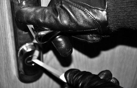 Storilec na begu: Oborožen moški z orožjem oropal prodajalno v Kamniku