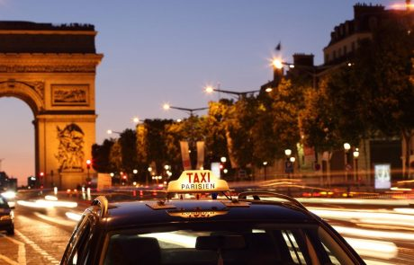 V bližini pariških Elizejskih poljan skoraj filmski rop banke