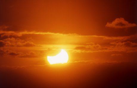 Iz Slovenije bo danes opoldne viden sončev mrk!
