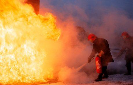 Zagorelo v največjem nakupovalnem središču na Dunaju, z ognjenimi zublji, ki so zajeli streho, se spopada okoli 90 gasilcev