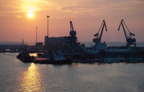 Pretresljivo: Španska policija v pristanišču našla migrante, ki so se v Evropo prebili skriti v strupenih odpadkih in razbitem steklu
