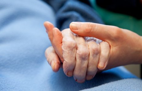 V večini gorenjskih domov starostnikov se življenje po nekaj mesecih končno spet vrača v bolj normalne tirnice
