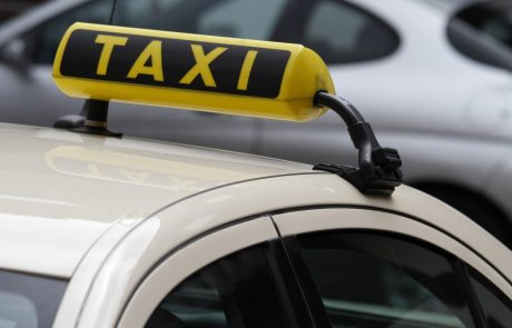 Policija išče mljašo žensko, ki je oropala taksista