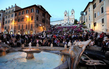 Oprosti Rim: Nizozemci bodo obnovili vodnjak v Rimu, ki so ga poškodovali njihovi navijači