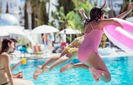Poskrbite za varno kopanje svojih otrok: Največ utopitev se zgodi na bazenih in vodah v naravi