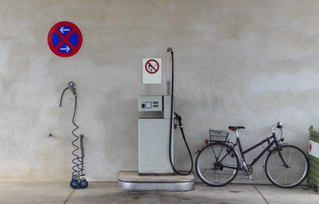 Britanci panično nakupujejo gorivo, saj bencinski servisi po državi ob odsotnosti dobav zapirajo svoja vrata