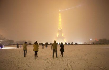V Parizu zaradi sneženja zaprli Eifflov stolp
