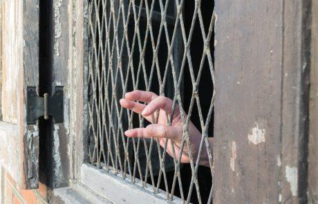 Policija 99-letno babico strpala v zapor, ker si je to želela