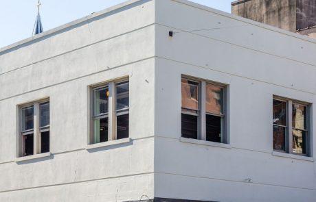 Mladoletnik, ki je padel skozi okno z nadstropja ene od ljubljanskih srednjih šol, je umrl