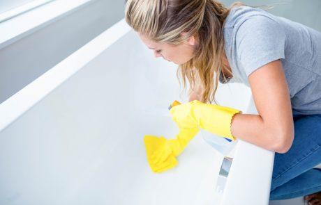 Ne veste, kako očistiti kopalno kad in tuš kabino? S pomočjo teh dveh sestavin zelo enostavno