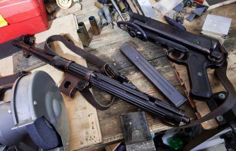 V hišni preiskavi v Grosuplju našli droge in več kosev orožja