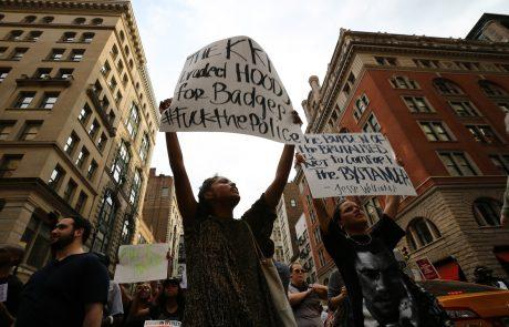 Med protesti proti rasistični policiji prišlo do maščevalnega množičnega streljanja