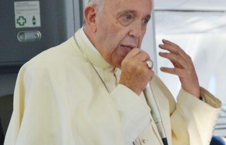 Papež priznal, da je zagrešil resne napake pri oceni škandala z zlorabami v Čilu