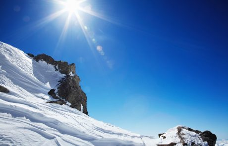 Sončno in toplo vreme v teh dneh vabi v naravo, a vsaj v gorah previdnost ni odveč, saj obstaja velika nevarnost proženja plazov