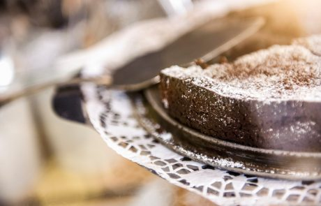 """Ljudje množično delijo recept za """"najboljšo čokoladno torto na svetu"""" – ena sestavina nas je res presenetila"""