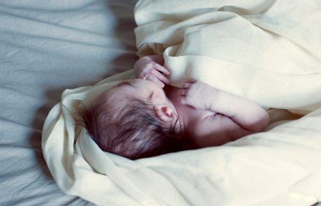 """""""Čudež sodobne medicine"""": Predčasno rojena deklica tehtala sedemkrat manj, kot je običajna teža dojenčkov ob rojstvu"""