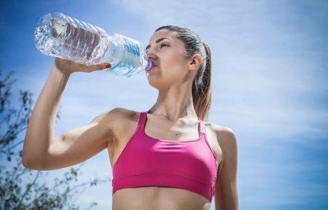 Več kot polovica Slovencev pije vodo iz plastenke, a ne vedo, da s tem izzivajo številne bolezni