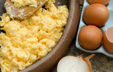 Stavimo, da na ta način še niste pripravili umešanih jajc, ko pa jih boste – vam bodo vsi hvaležni