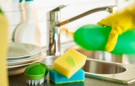 Uporabljate jo večkrat na dan in je polna bakterij: Kako očistiti gobico za pranje posode