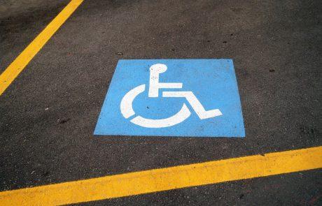 Neupravičenih parkiranj na mestih za invalide skoraj 60 odstotkov manj kot pred štirimi leti